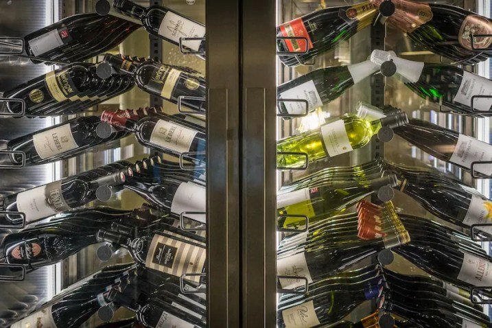 Gut gefüllte Weinkühlschränke