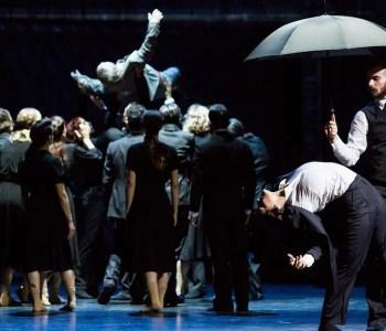 Gärtnerplatztheater Inszenierung CHICAGO 1930 Giovanni Insaudo als Luigi, Ariella Casu als Maria, Ensemble als Trauergemeinde | Foto: Marie-Laure Briane