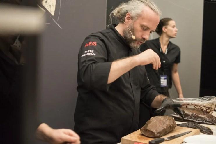 Heiko Antoniewicz beim Abschmecken | Foto: Monika Schreiner