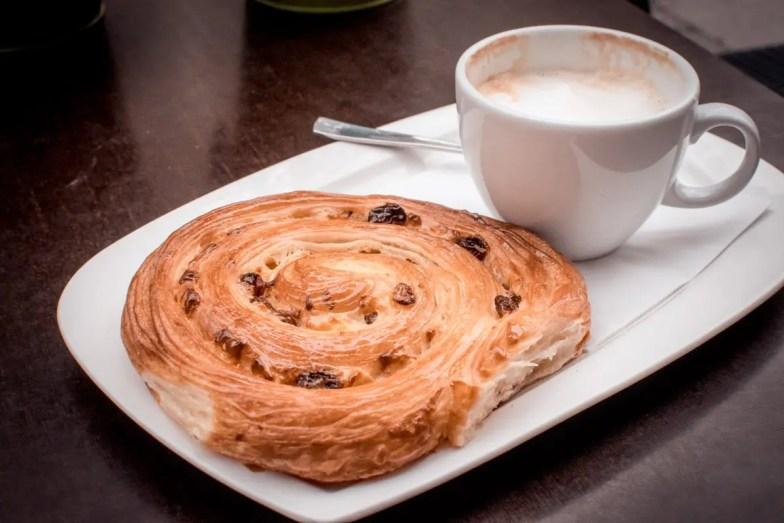 Pain aux Raisins und Cappuccino bei Claude und Julien