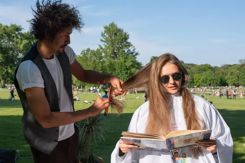 Danny Beuerbach im Englischen Garten beim Haareschneiden