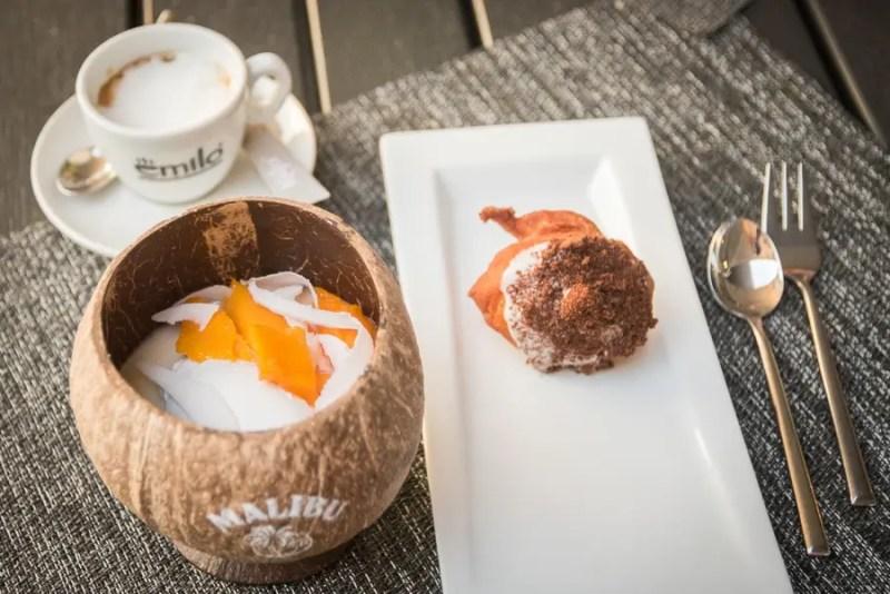 Frisch ausgebackene Malasadas mit verschiedenen Toppings sowie Kokosnuss Variationen