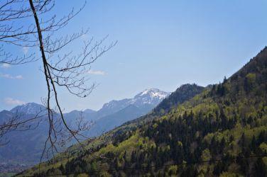 Hier lassen sich schon erste Blicke auf die Bergkulisse erhaschen
