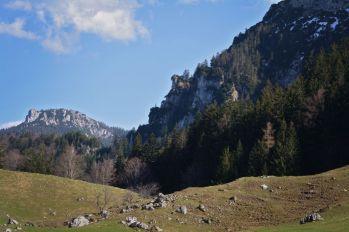 Die Felsgipfel verleihen der Alm eine wunderbare Atmosphäre