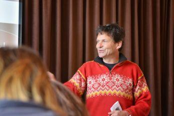 Wouter de Waal, Leiter des VVV Texel, begrüßt die Teilnehmer