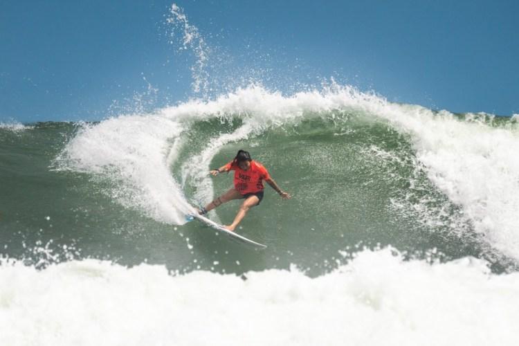 Silvana Lima de Brasil surfeando fuerte para meterse en la Final del Evento Principal de Damas. Foto: ISA/Ben Reed