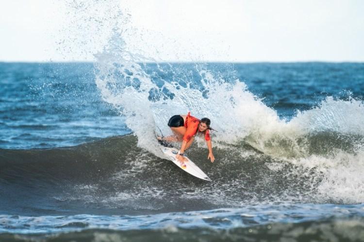 Caroline Marks de Estados Unidos en su camino a anotar la ola y la combinación más alta del día. Foto: ISA / Sean Evans