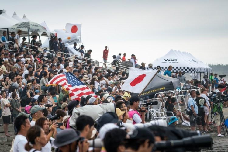 Llueva o truene, los fanáticos japoneses locales han estado apareciendo a diario por miles, mostrando la popularidad del surf en Japón. Foto: ISA / Sean Evans.