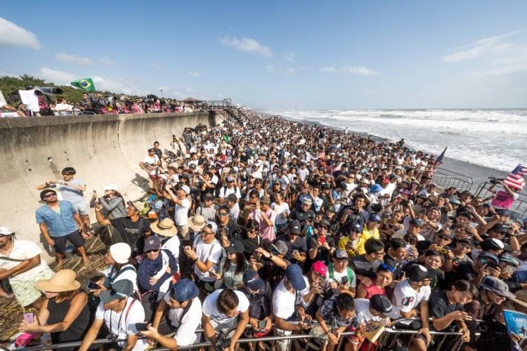 Cientos de miles de fanáticos llegaron a Kisakihama el domingo para ver a los mejores del mundo perseguir las Medallas de Oro y la clasificación Olímpica. Foto: ISA / Sean Evans