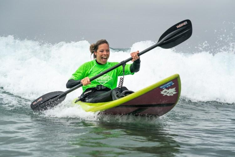 Lisa Franks no puede ocultar su sonrisa durante su participación en la AmpSurf ISA Para Surf Clinic. Foto: ISA / Sean Evans