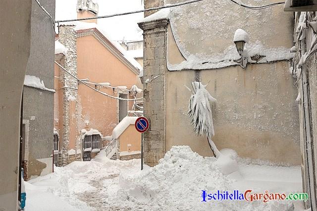 Centro storico di Ischitella con la neve