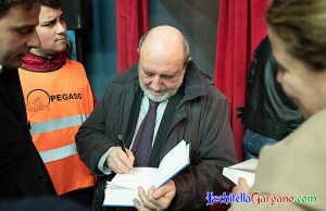 Umberto Galimberti mentre fotografa una copia del suo libro