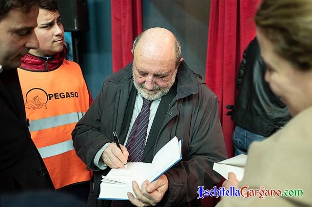 Umberto Galimberti mentre autografa una copia del suo libro