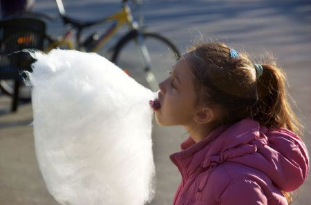 1024px-Cotton_candy_girl