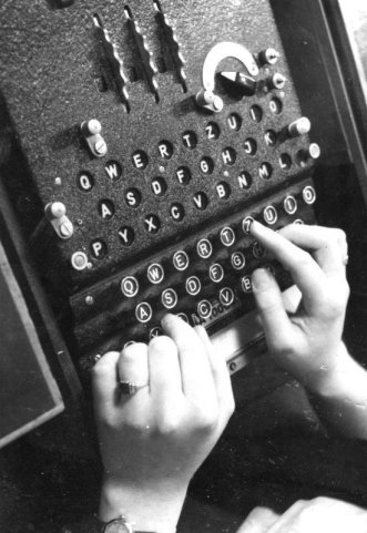 enigma machine looking like a typewriter