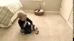 Kleiner Junge spricht mit Geist