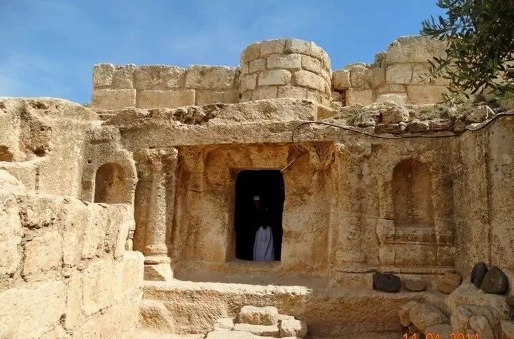 Close up of the entrance to the Ashabe-Kahf cave