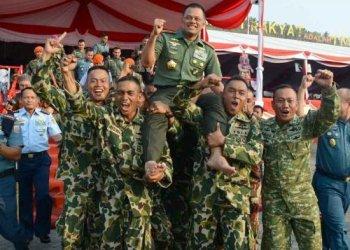 Anggota Marinir menggendong Panglima TNI Jenderal Gatot Nurmantyo di sela perayaan HUT TNI ke-70 yang berlangsung di Dermaga Indah Kiat, Cilegon, Banten.