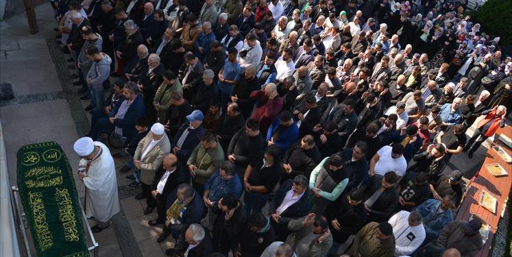 Muslim tengah melakukan shalat mayit. Foto: Shabestan