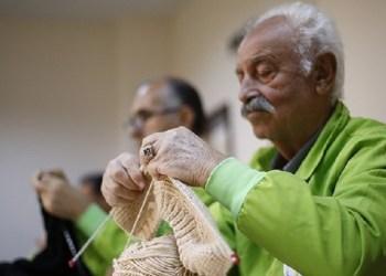 Para lansia di Turki biasa merajut untuk mencegah kepikinan. Foto: Daily Sabah