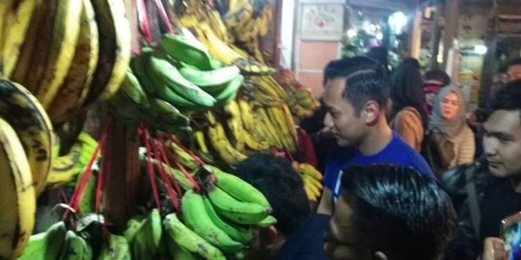 Agus Harimurti Yudhoyono di Pasar Antri Cimahi, Bandung. Foto: Saifal/Islampos.