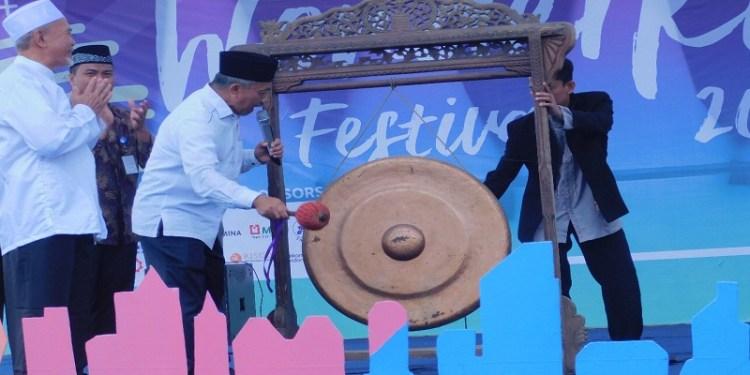 Calon Gubernur Jawa Barat Ahmad Syaikhu meresmikan Wonderkind FEstival 2018 yang diadakan oleh Organisasi Santri Darul Qur'an Mulia (OSDQM) di Gedung Putra Pesantren Terpadu Darul Qur'an Mulia (PTDQM), Kamis (3/3) lalu. Foto: Istimewa.