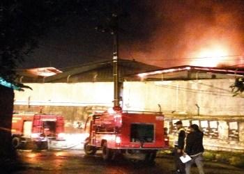 Kebakaran di sebuah pabrik di Melong, Cimahi, Bandung, Jumat (9/3/2018). Foto: Saifal.