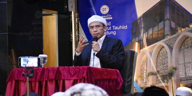 Gubernur Nusa Tenggara Barat (NTB) Tuan Guru Bajang (TGB) Zainul Majdi mengisi kajian Ma' Rifatollah di Masjid Darut Tauhid di Gegerkalong, Bandung, Jawa Barat, Kamis (15/3/2018) malam. Foto: Saifal/Islampos.