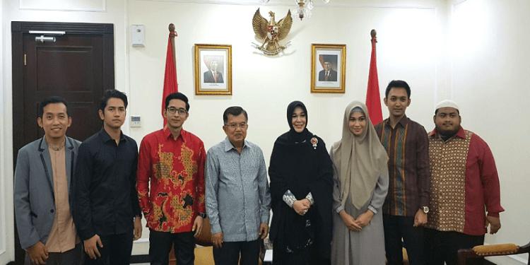 Wakil Presiden RI Jusuf Kalla beserta sutradara dan produser serta para pemain film Lima Penjuru Masjid (5PM) di Kantor Wapres Jln. Merdeka Utara Jakarta, Jum'at (16/3/2018). Foto: Istimewa.