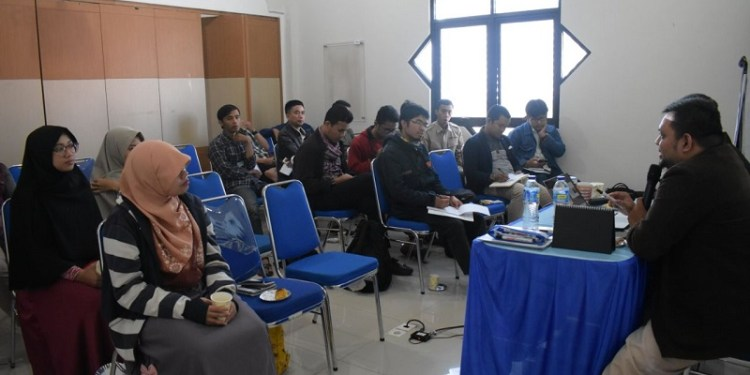 Dauroh JITU Bandung menghadirkan sejumlah wartawan senior yang telah melalui segudang pengalaman liputan hingga strategi pemberitaan media. Foto: JITU