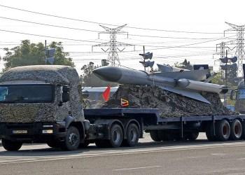Sebuah truk militer Iran tengah membawa rudal dalam sebuah parade militer. Foto: AFP