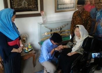 Sandiaga Uno tengah bersalaman dengan Istri mantan Presiden RI keempat Abdurahman Wahid, Shinta Wahid. Foto: Rhio/Islampos