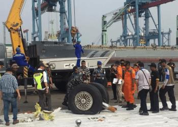 Roda pesawat Lion Air berhasil dievakuasi ke JITC Tanjung Priok, Jakarta (Harits/Okezone)
