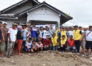 Rombongan Uighur bersama warga Sumur Pandeglang yang terdampak tsunami Selat Sunda. Foto: Muhammad Jundii/INA/JITU