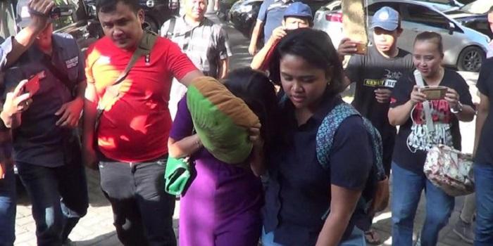 VA saat ditangkap polisi. Foto: Hilda Meilisa Rinanda/Detik