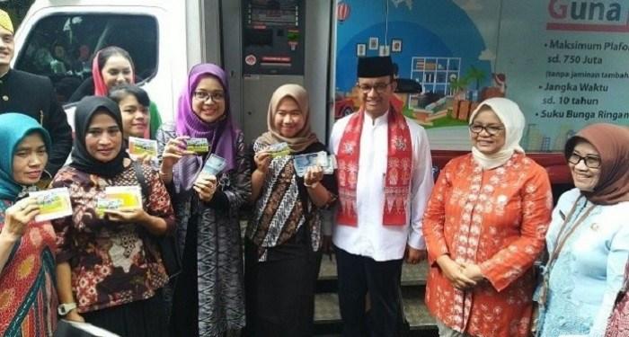Anies Baswedan bagikan ATM kader Dasa Wisma. Foto: Suara