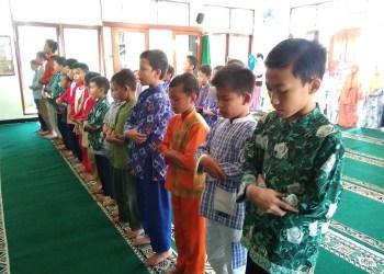 Anak-anak Shalat Ashar berjamaah. Foto: Saifal/ Islampos