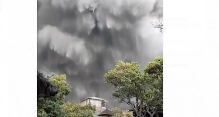 Gunung Tangkuban Perahu, Jawa Barat, erupsi pada hari Jumat (26/7/2019). Foto: Suara