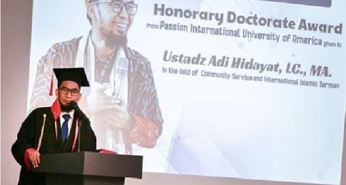 Ustaz Adi hidayat terima gelar Doktor Honoris Causa. Foto: Instagram Arie Untung
