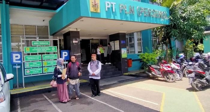 Warga mendatangi kantor PLN Cimahi. Foto: Saifal/Islampos