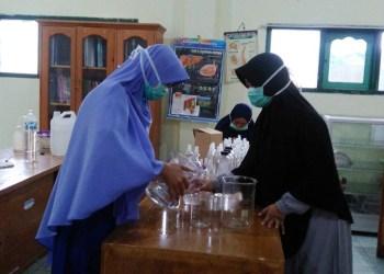Guru-guru SMP-SMA Putri Pesantren Hidayatullah Malang produksi hand sanitizer. Foto: Istimewa