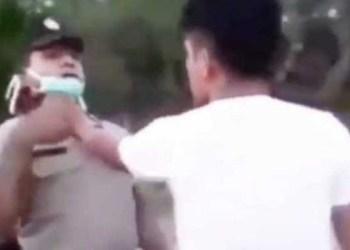 Pemuda mencekik leher polisi. Foto: tangkapan layar Makassar.terkini.id