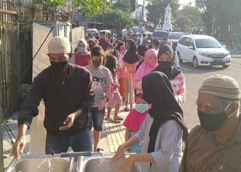 HDCI Bandung bagikan paket makan murah. Foto: Saifal/Islampos