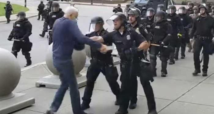 Momen saat dua polisi Buffalo di New York mendorong seorang kakek berusia 75 tahun hingga terjatuh ke belakang dan kepalanya membentur trotoar hingga berdarah (Mike Desmond/WBFO via AP)