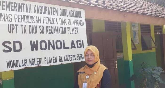 Guru SD Wonolagi, Jumidah puluhan tahun tempuh ratusan kilometer untuk mengajar siswa Wonolagi. Foto: Suara.com/Julianto