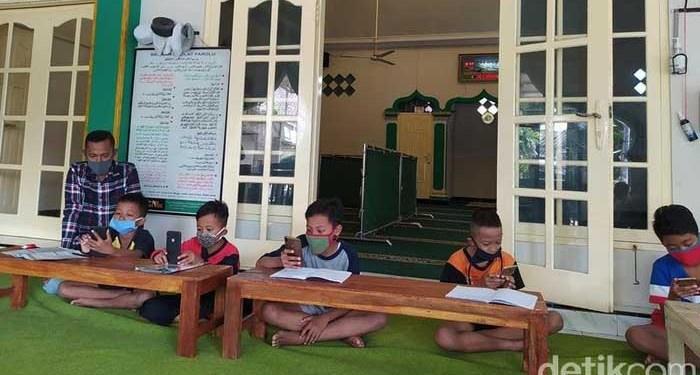 Takmir masjid di Kabupaten Magelang sediakan WiFi gratis untuk siswa dan mahasiswa belajar online, Rabu (29/7/2020). Foto: detikcom