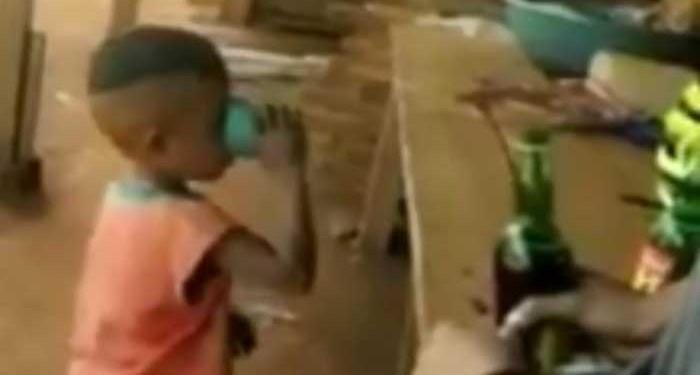 Dua pria mencekoki bocah dengan miras hingga sempoyongan. (Foto: Tangkapan Layar video viral)