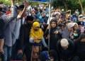 Isak tangis saat pemakaman Syahrul Ramadhan Yasa Pratama (15) di Tanjung Sengkuang, Minggu (16/8/2020). Foto: Tribunnews