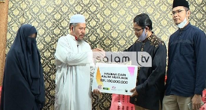 penyerahan hadiah kepada qari bercadar yang didiskualifikasi dari MTQ. Foto: Facebook Salam Televisi