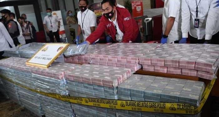 Polisi menunjukkan barang bukti uang saat rilis pengungkapan sindikat internasional pembelian ventilator di Mabes Polri, Jakarta, Senin (07/09/2020). Foto: BBC